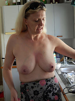 hotties lady with get under one's water boobs