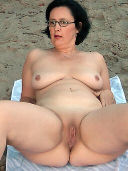 juggs mom vacant on beach