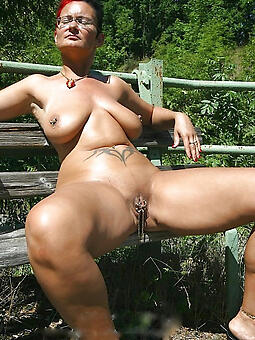 virago stripped moms outdoors pic